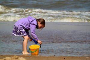 砂浜 女の子とバケツ