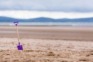 砂浜 スコップ