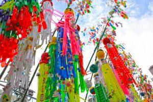七夕祭りの様子。大きな笹飾りや吹き流し。