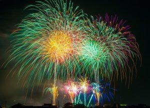 夜空に舞う、色とりどりの打ち上げ花火
