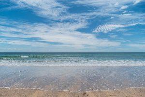 透き通った美しい海と広い砂浜